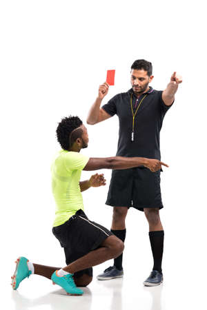 arbitrator: Football player disagree with the red card shown by referee