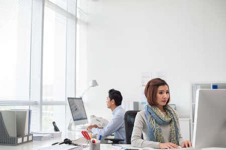 밝은 사무실에서 컴퓨터를 사용하는 사업 사람들 : working day 스톡 콘텐츠