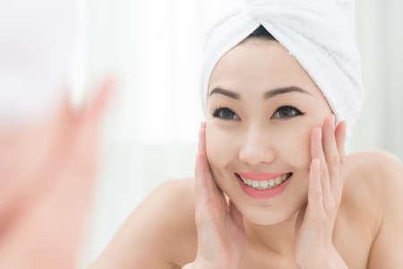 Gelukkige vrouw die van haar mooie duidelijke huid na douche geniet