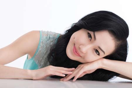 Close-up portret van charmant Aziatisch meisje met kuiltjes op haar wangen