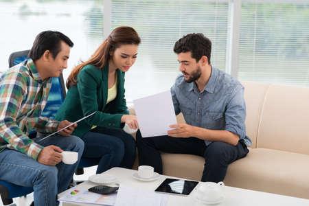 Groep zakenlieden bespreken financiële documenten in het kantoor