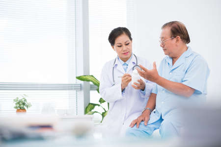 Arts die pillen geeft aan haar patiënt in het ziekenhuis