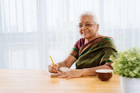 Mulher indiana feliz na aposentadoria olhando a câmera Foto de archivo - 74809835
