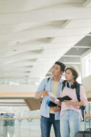 Młoda para azjatyckich czeka na odlot na lotnisku
