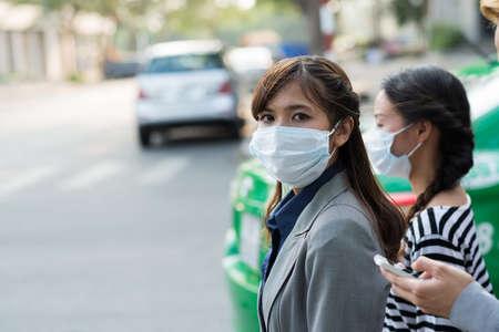 Gemaskerde vrouw in de straat van vervuilde stad Stockfoto