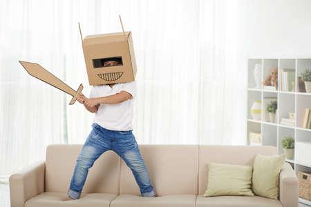 쾌활한 아이가 집에서 로봇을 놀고