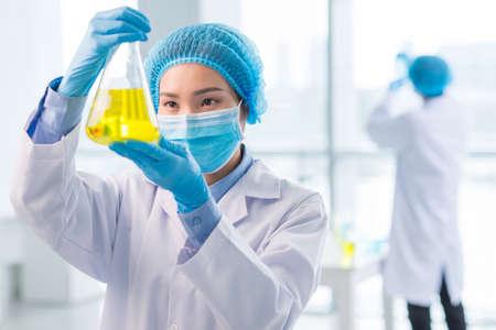 Portret van vrij jonge wetenschapper die ontdekking doet Stockfoto