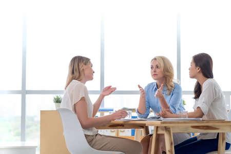 Bedrijfsvrouwen die over ontwikkelingsstrategie spreken