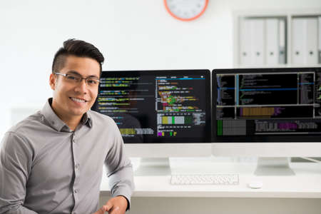 Portret van glimlachende Vietnamese software-ingenieur Stockfoto
