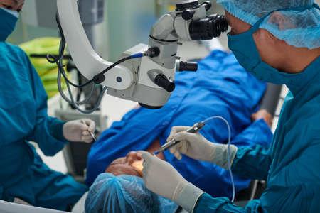 Arts die oogchirurgie uitvoert in moderne kliniek