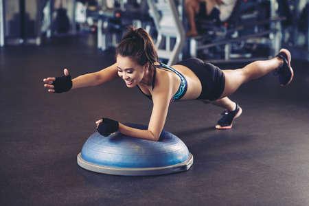 Asiatische Sportlerin Übung auf Bosu Ball Standard-Bild - 77182139