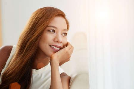 陽気な若いアジア女性のクローズ アップの肖像画 写真素材
