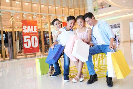 Gelukkige Vietnamese familie kijkt naar aankopen die zij hebben gemaakt Stockfoto