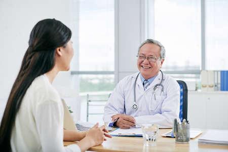 Jonge vrouw die overleg met haar arts heeft
