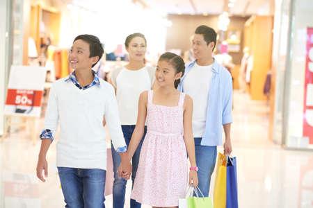 Vietnamese familie maakt aankopen in winkelcentrum