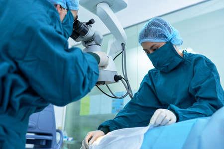 二つの外科医が緑内障を持つ患者に取り組んで