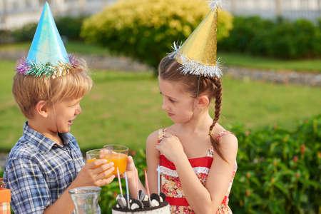 niños platicando: Disfrutando de la fiesta de cumpleaños con un amigo