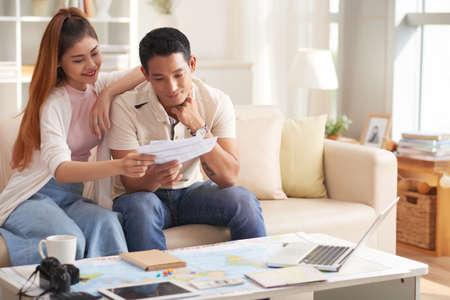 Jonge Aziatische Paar Planning Vakantie