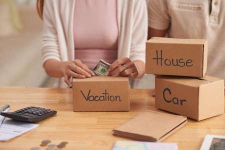 若い家族がお金を節約