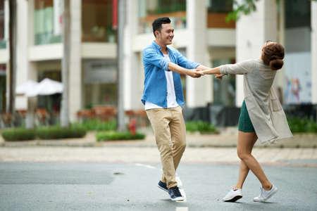 Lovers dansen in de straat Stockfoto