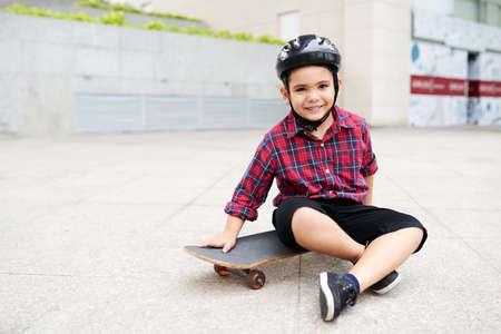 Little skateboarder Foto de archivo
