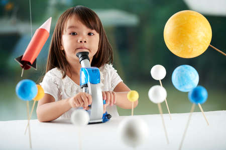 Portret van schattige kleine wetenschapper Stockfoto
