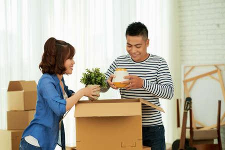 Echtpaar uitpakken vakken Stockfoto