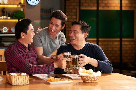 Friends toasting with beer Foto de archivo