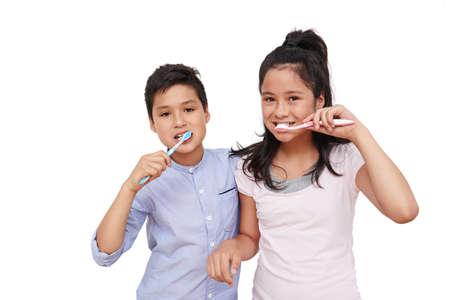 陽気な双子の歯を磨く