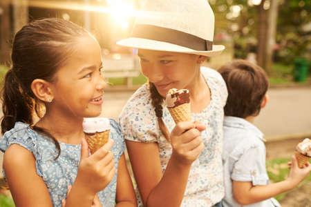 Glückliche Freunde, die Eiscreme essen Standard-Bild - 89624908