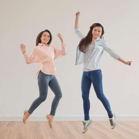 Chicas alegres saltando