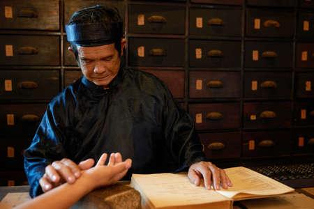 Chinese geneeskundevakman die impuls van vrouwelijke patiënt controleert