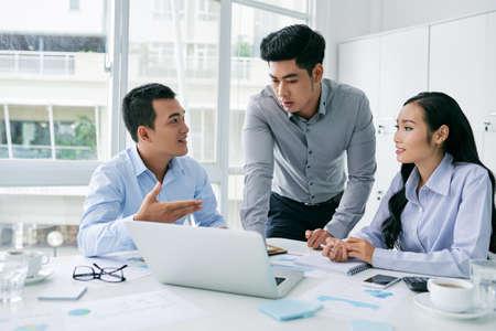 Team von Yuong-Geschäftsleuten, die Startprojekt besprechen