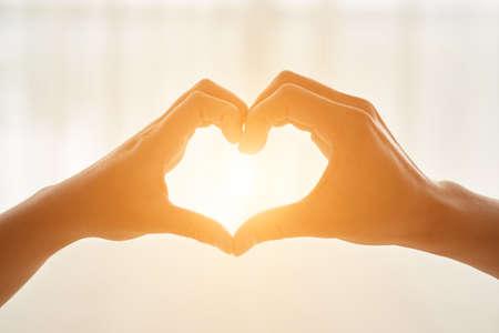 그들의 손으로 심장 모양을 만드는 몇 스톡 콘텐츠