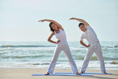 Exercising couple 스톡 콘텐츠
