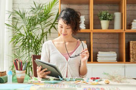 Pretty Designer Studying Documents Stockfoto