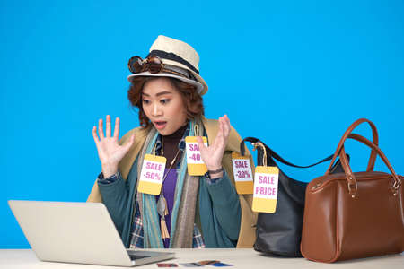 놀란 shopaholic 여자 노트북 화면을보고 온라인 판매를 즐기고 스톡 콘텐츠 - 98101986