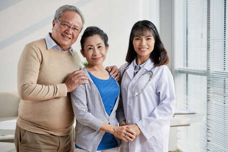 Asian Doctor with Senior Patients Stockfoto