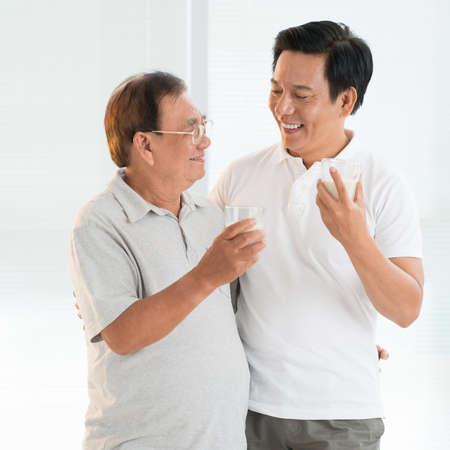 Padre e hijo, bebida, leche
