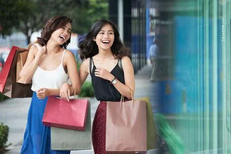 Happy shoppers Banque d'images