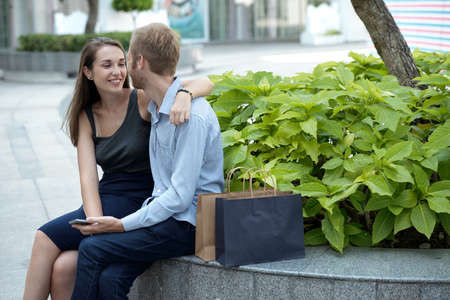Beautiful young couple having date in park Stockfoto