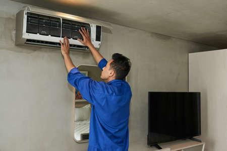 Repairing air conditione Banco de Imagens