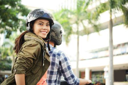Mujer joven, disfrutar, bicicleta, paseo