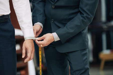 Beschnittenes Bild der Schneidermessmanschette des männlichen Klienten