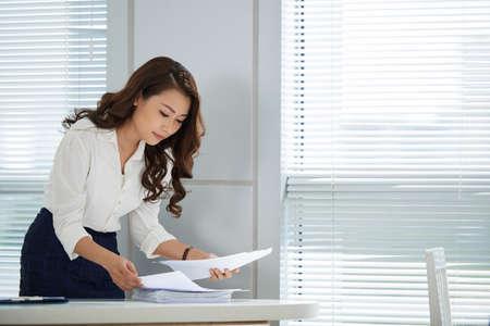 Female entrepreneur searching for report Imagens