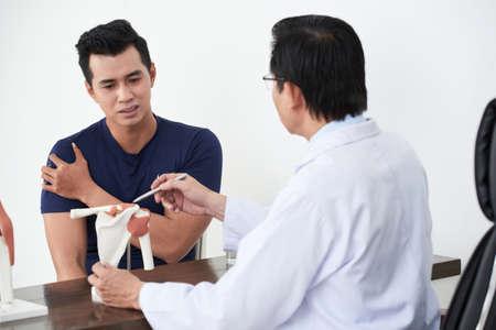 Beschwerde über Schmerzen in der Schulter Standard-Bild