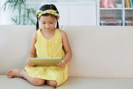 Dziewczyna z cyfrowym tabletem