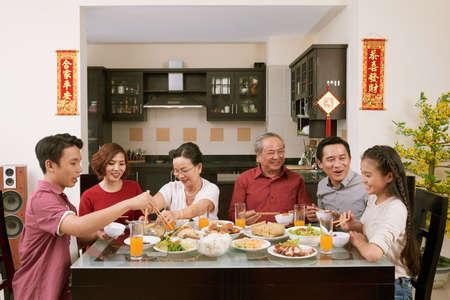 Gran familia celebrando Tet