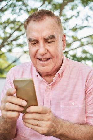 Man reading news online Imagens