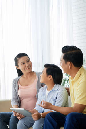 Family discussing application 免版税图像